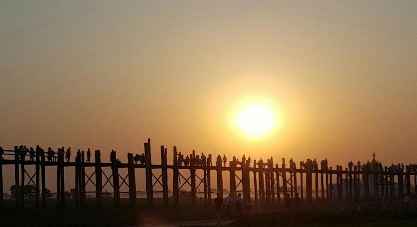 Tramomno sul ponte U'Bein in Birmania