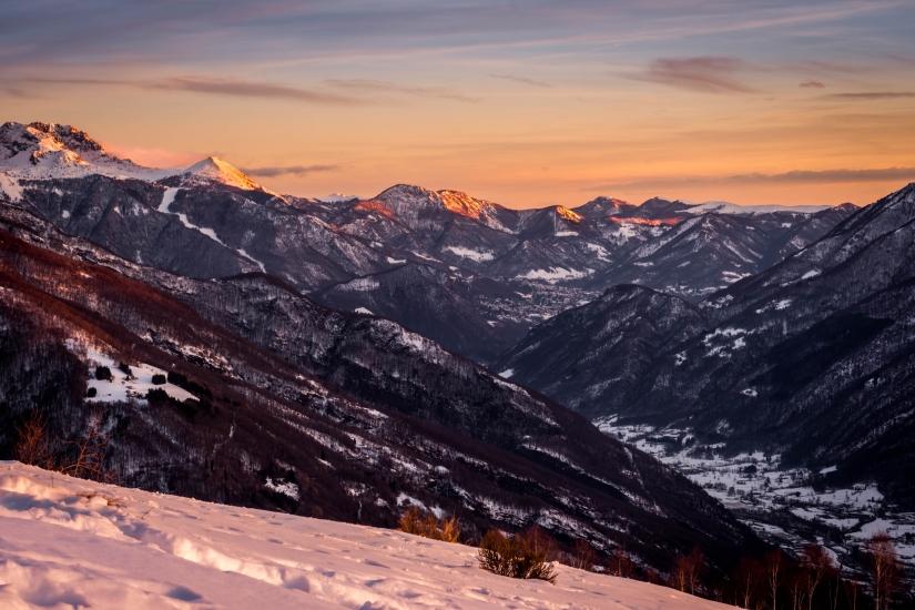 Tramonto rosso sulle montagne