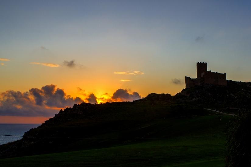 Tramonto sul castello di Montechiaro