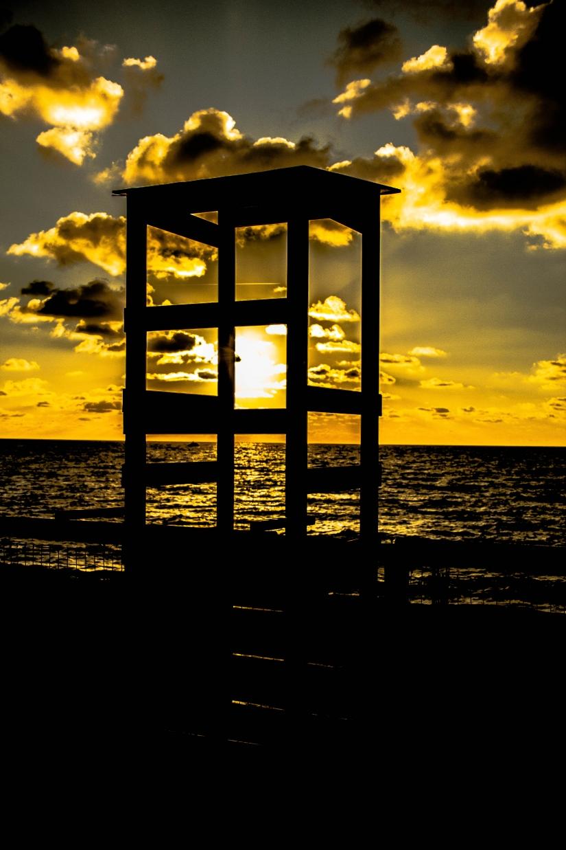 Tramonto sul mare d'inverno (dall'alba al tramonto)