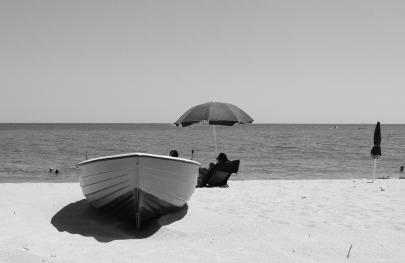 Una barca tra l'ombrellone e le persone