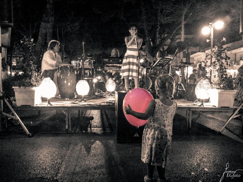 Una piccola fan al concerto della Notte Rosa