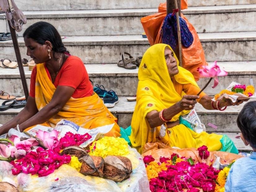 Venditrici di fiori davanti un tempio di Shiva