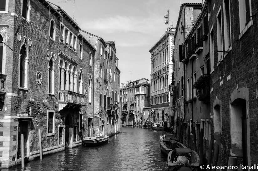 Venezia: canale in bianco e nero